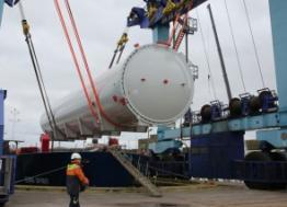 Un four de 120 tonnes a été livré par cargo sur le site du chantier CDK Technologies dans le port de Lorient