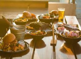 Tendance voyage : adoptez le Food Surfing pour des repas conviviaux !
